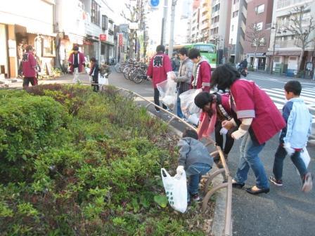 早大生と子供たちの地域清掃